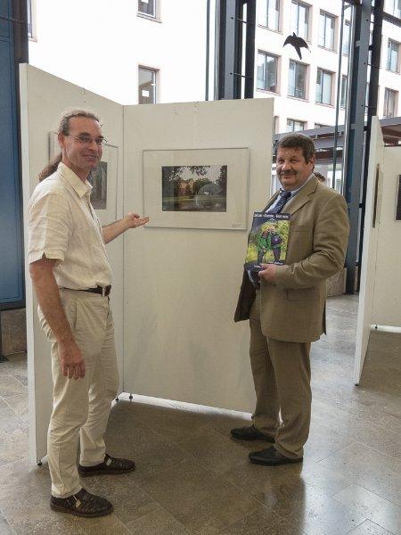 """Dr. Stefan Wüsten und Walter Dreßbach eröffneten die Ausstellung """"Schön ist's hier"""" im Main-Kinzig-Forum."""